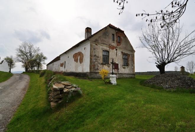 V obci Výheň, byl v roce 1825 proveden slavnostní výkop na trase budoucí koněspřežky, kterého se zúčastnil stavitel dráhy František Antonín Gerstner. Zde začíná naše vandrování Pomalším.