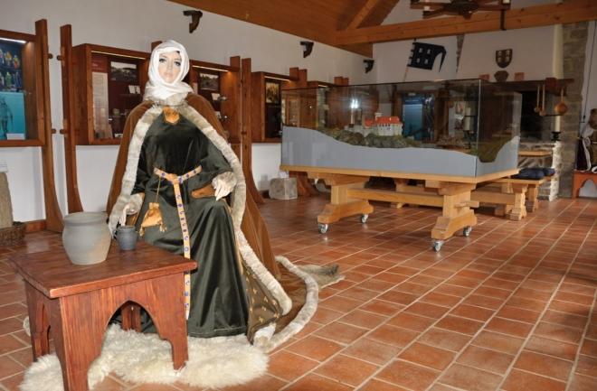 A muzeum, které se nachází u vstupu v kamenném domě, nán umožní shlédnout výstavu artefaktů archeologického průzkumu a mnoho jiných zajímavostí.