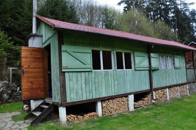 Původní a dobře zachovaný srub je autentickou vzpomínkou na dřevní doby trempinku.