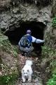 Tajná chodba či vývěr potoka? Uvnitř může být něco děsivého, neboť Vločka se před vstupem do podzemí ihned otočila a uprchla pryč.