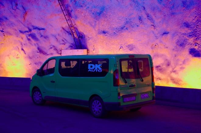 Renault nám tady dole chytá zvláštní odstíny, na chvíli to není náš jasně zelený kamarád, ale tak nějak podivně modro-zelený. Brzy zas nasedáme a pokračujeme tunelem dále.