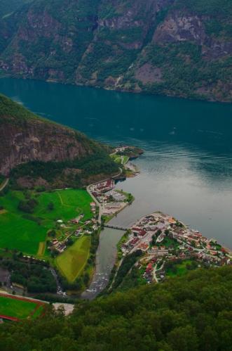 Výhled na vesnici Aurlandsvangen, která je celých 610 metrů pod námi. Drobná oáza civilizace mezi divokými skalami.