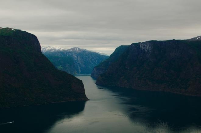 Z krajiny čiší neuvěřitelný klid. Užíváme si výhledy na Aurlandsfjorden, jenž je jedním z koncových ramen Sognefjordu, nejdelšího a nejhlubšího ze všech norských fjordů. Dnes po ránu je to samé nej.