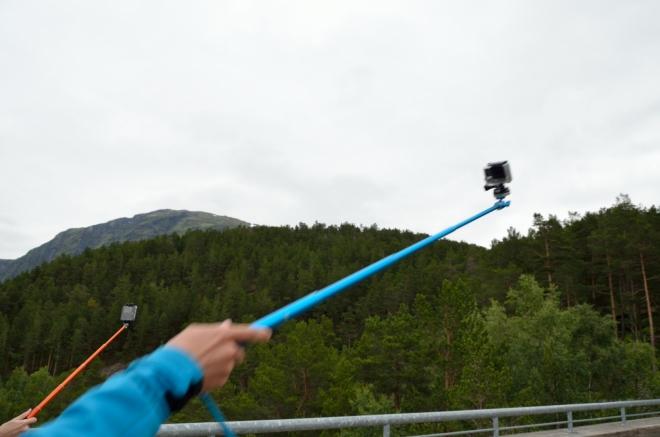 Souboj selfie tyčí. Kdopak ji má asi delší?