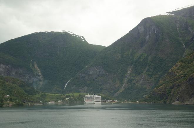 Za Aurlandsvangenem pokračujeme v našem dnešním velkém putování na jih. Na konci Aurlandsfjordenu leží vesnice Flåm, kde začíná (či končí) slavná železnice Flåmsbana, jedna z nejprudších a nejmalebnějších tratí na světě. Svézt se nicméně z časových i finančních důvodů neplánujeme.
