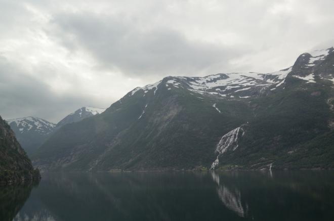 Škoda, že není trochu lepší počasí. Také se nám nepodařilo vyfotit žádnou z ovocných zahrad, kterých je při tomto fjordu plno.
