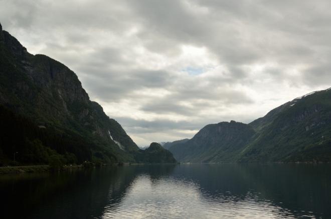 Projeli jsme město Odda, jež okupuje špičku fjordu, a nyní jedeme dále na jih podél neméně líbivého jezera Sandvevatnet. Nebojte se, že bychom vás o něco ošidili, do Oddy se ještě vrátíme.