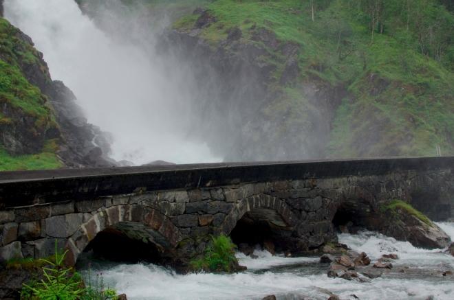 Silnice je vedena po starém šestiobloukovém kamenném mostu. Přejít ho vyžaduje velkou odolnost vůči vodě, která se rozprášená ve vzduchu valí do všech směrů.