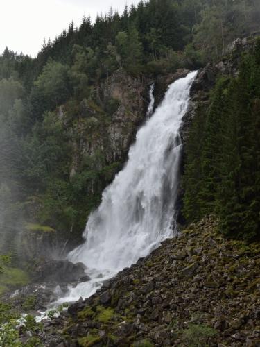 Vydáváme se hledat další zajímavé pohledy. Po absolvování velice mokrého přechodu (či přeběhnutí) můstku nacházíme možná o sto metrů dál další vodopád padající přímo k silnici.