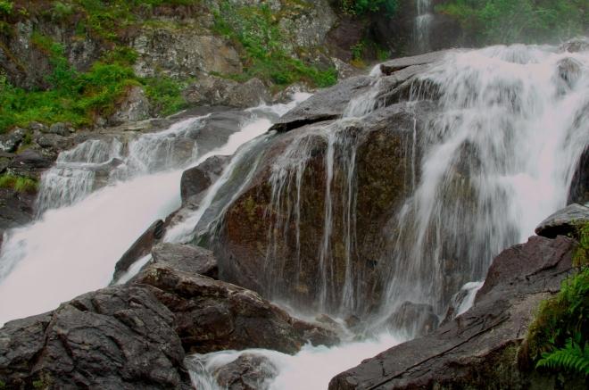 Voda se přes obrovské šutry valí všemi směry.