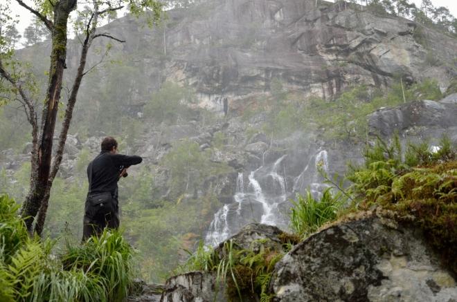Honzové se dlouho nemohou vyfotografovat do sytosti. Blízké okolí vodopádu pokrývá neméně zajímavá severská džungle.
