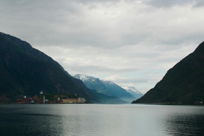 Výhled na Sørfjorden, velmi osobitý zářez oceánu do norské krajiny, který si na mapě s žádným jiným fjordem nespletete. Na otevřené moře bychom odtud pluli dobrých 180 kilometrů.