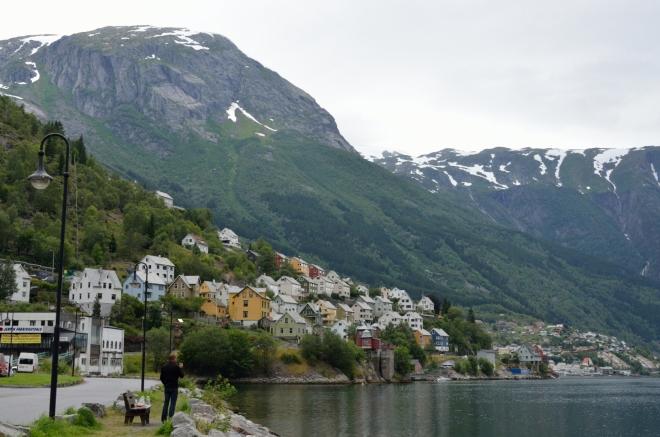 Okrajové čtvrti Oddy, tady by se to bydlelo. Z jedné strany fjordu se svahy zvedají k velkému ledovci Folgefonna, …
