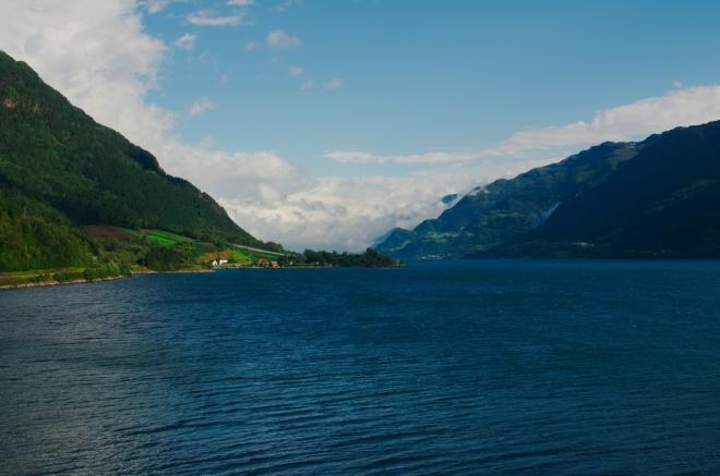 Sørfjorden v půl jedenácté. I když je teď poměrně hezky, počasí už nad námi pro dnešek vyhrálo, budeme muset změnit plány.