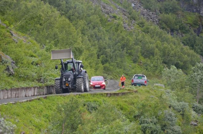 Silnice nepříliš prudce, avšak soustavně stoupá. Zde jsme někde u hráze na jižním konci jezera Valldalsvatnet a vidíme, že pohodlné úseky cesty už máme asi dávno za sebou. Až se vyřeší tato dopravní situace, pokusíme se po rozbité silnici dojet na druhý konec šest kilometrů dlouhého jezera.