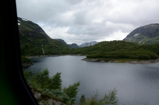 Jeden z mnoha výhledů na jezero, které se nám po cestě naskýtají.