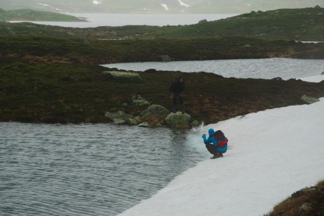 Kámen úspěšně končí ve vodě. Nikdo z kluků ho naštěstí nenásleduje.