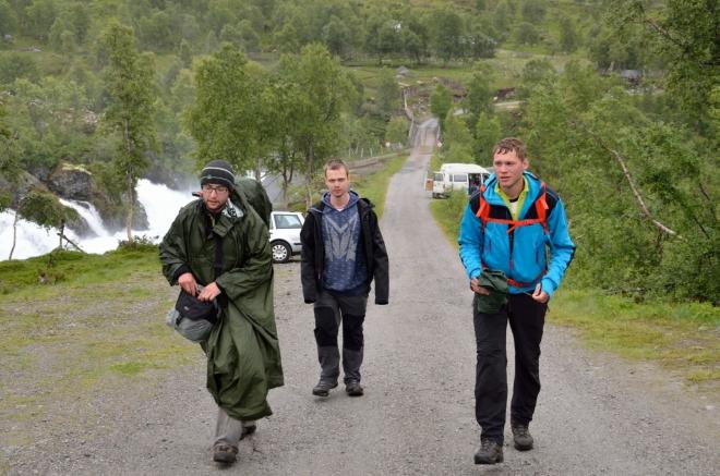 Dolů sestupujeme stejnou cestou, túra nám zabrala sotva dvě hodiny. Dnes to byl odpočinkový den, ale zábavy jsme si zase užili více než dost. Můžeme si také pogratulovat k absolvování severské dovolené bez repelentu – když jsme ho nepotřebovali v komářím ráji Hardangerviddě, už ho nebudeme potřebovat nikde.