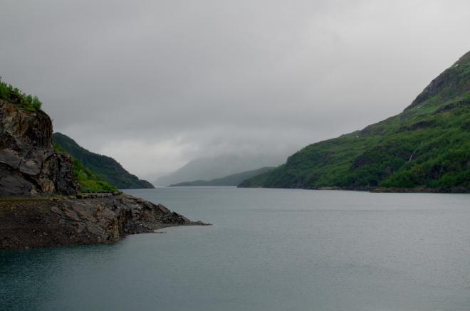 Při cestě zpátky zastavujeme ještě na hrázi jezera Valldalsvatnet, na jeho jižním konci. Jezero je součástí místního hydroenergetického komplexu.