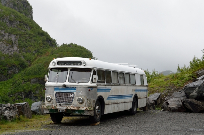 Při hrázi je zaparkován takovýto historický autobus, připomínající spíše klasické americké autobusy než ty současné evropské.