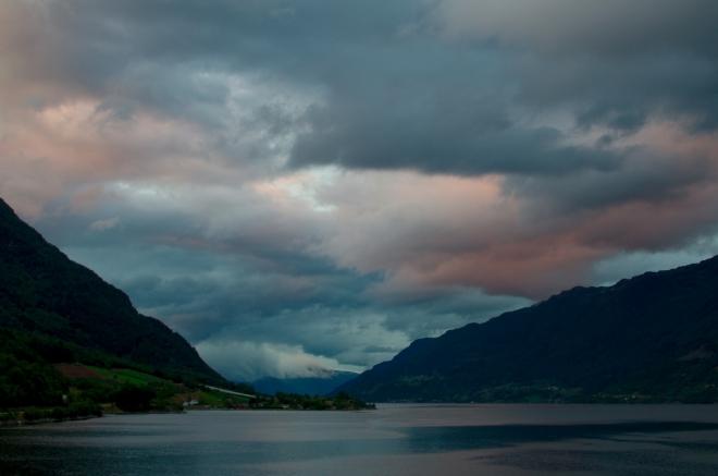 Sørfjorden o hodinu později. Západ slunce je dnes snad ještě krásnější než včera.