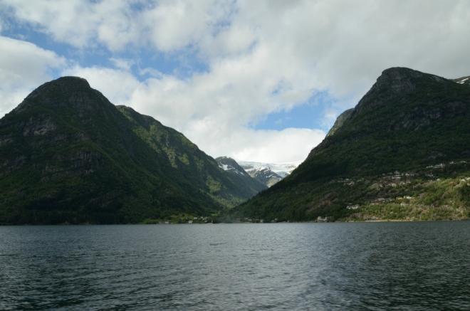 Shodou okolností teď opět míříme k vodopádu Låtefossen. A protože včerejší fotka jezera Sandvevatnet za moc nestála, přinášíme vám nyní lepší.