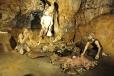 Vedle kostí vyhynulých pravěkých zvířat zde bylo nalezeno velké množství koster lidí starší doby kamenné s četnými doklady o jejich činnosti, jako např. kamenné nástroje a ohniště.