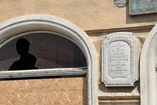 Pamětní deska Franze Schuberta a jeho hlídkující duch.