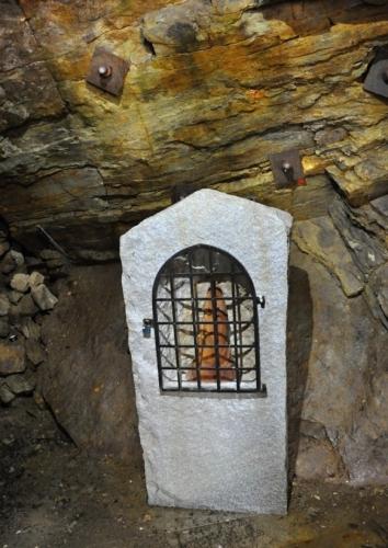 Svatá Barbora je patronkou horníků, kteří zde zanechávali hořet kahan - Barbořino světlo, aby je uchránila od smrti a úrazu. I my zde zanecháme svítit svíčku, abychom se ve zdraví vrátili.