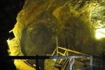 V podzemí sporé osvětlení efektně zvýrazňuje zlatavou barvu.