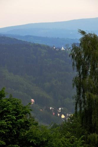 Výhled na Českou ves dokazuje, jak vysoko jsou lázně položeny.