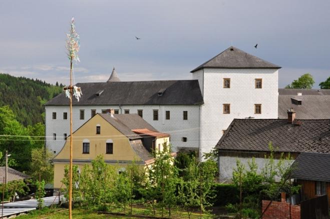 Zámek je spojen s hradem Kolštejn.