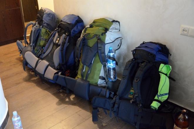 Batohy jsou naloženy s určitou rezervou, neboť ještě nevíme, kolik času v horách strávíme a kam všude půjdeme. Pár postradatelných věcí naštěstí můžeme nechat na bytě.