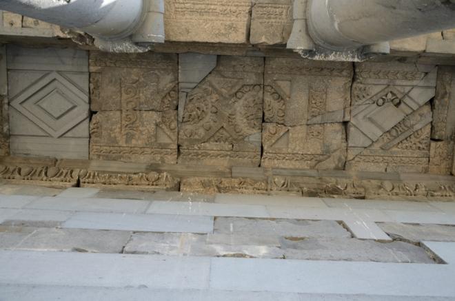 I když to tak z dálky nevypadá, současná stavba je převážně skládačkou z trosek původního chrámu, jenž byl roku 1679 zničen zemětřesením (ta jsou v Arménii docela častým jevem). Obnovy se chrám dočkal až po 300 letech.