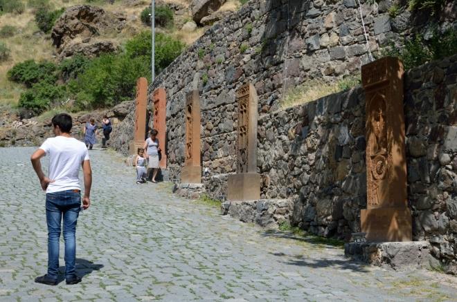 Cestu k chrámu lemují chačkary, jež jsou kopiemi chačkarů z arménského hřbitova ve městě Julfa (Džulfa) v Nachičevanské autonomní oblasti sousedního Ázerbájdžánu. Hřbitov s tisícovkami hrobů byl Ázerbájdžánem zhruba někdy na přelomu tisíciletí systematicky zničen a předělán na střelnici. Bez ohledu na to, že obě země jsou silně znepřátelené, nechť si o kulturní vyspělosti takového činu udělá obrázek každý sám.