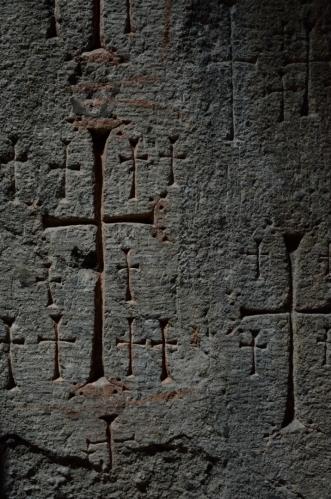 Vyryté kříže a ornamenty jsou poschovávány i v nejtemnějších koutech, jejich množství je úchvatné.