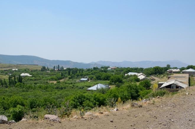 Výhled na vesnici Geghard, kterou právě opouštíme.