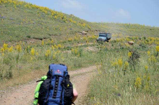 Občas po prašné cestě něco projede, řidiči nás většinou nadšeně zdraví. Prachu je všude tolik, že se docela bojím o foťák.
