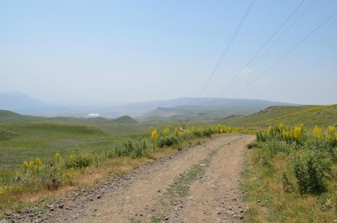 Jeden z posledních výhledů zpět ke Geghardu. Máme za sebou dvě hodiny pochodu.