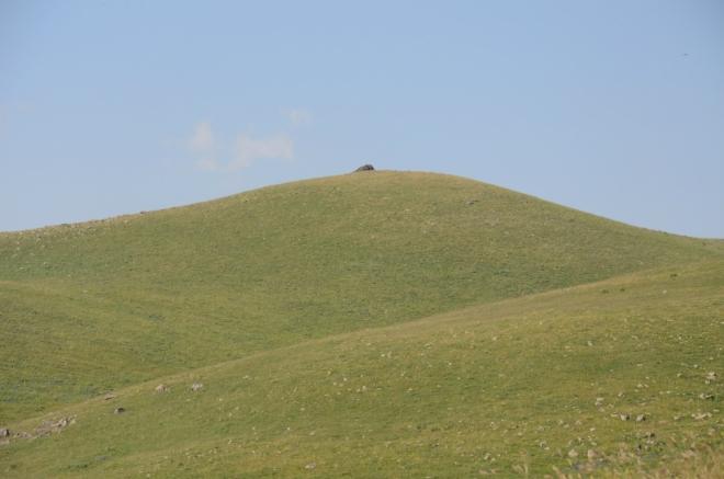 Typický zaoblený kopec v Geghamách