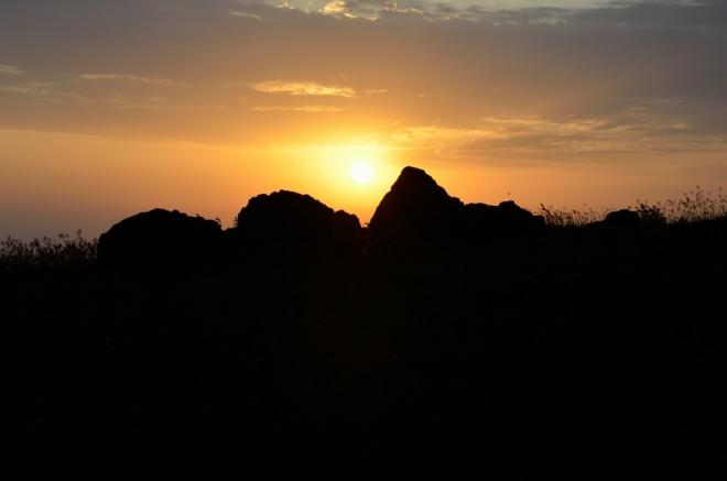 Po delší době něco pozitivního – kolem půl deváté pozorujeme krásný západ slunce.