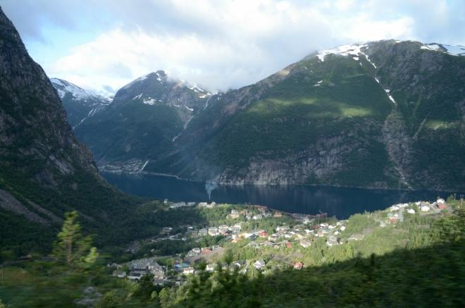 Podruhé během dvanácti hodin vyjíždíme pod Trolltungu. Na fotce vesnice Tyssedal a samozřejmě Sørfjorden, vše z jedoucího auta.