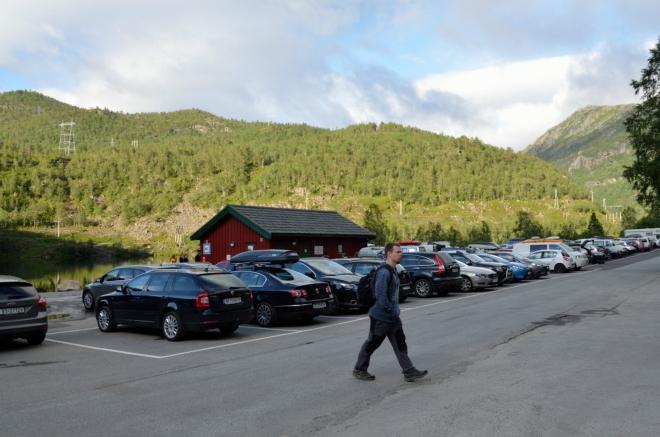 Před půl devátou už se Michal spokojeně prochází po parkovišti, kde začíná výstupová trasa na Trolltungu. Je zřejmé, že dnes půjde vyloženě o masovou záležitost, snad bude alespoň okolní příroda stát za to. Asi bude, jinak by sem tolik lidí nejezdilo.