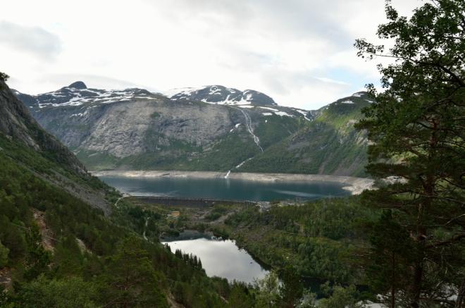 Občas máme možnost zahlédnout jezírko Vetlavatnet, u něhož jsme začínali, a jezero Ringedalsvatnet v pozadí, které bude v podstatě celá túra obcházet ze severní strany. Hladina Ringedalsvatnetu leží standardně v nadmořské výšce 464 metrů, ale může dost kolísat vzhledem k hydroenergetickému využití.