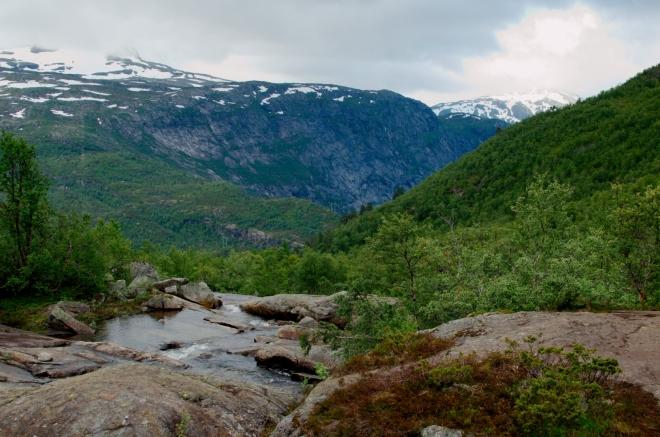 K jezeru Ringedalsvatnet už nedohlédneme. A to bude platit i několik následujících kilometrů.