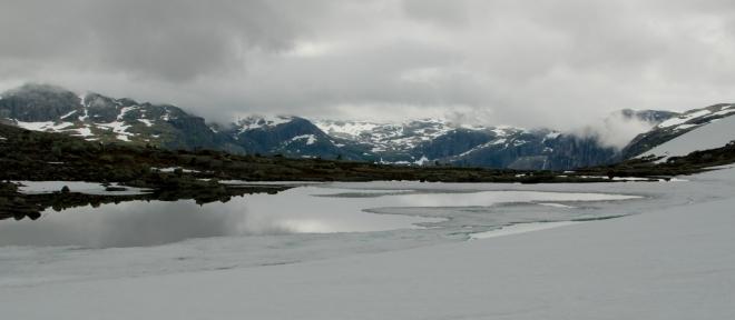 V členité krajině se vytváří spousta jezírek od tajícího sněhu.