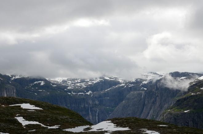 Již se opět můžeme kochat strmými svahy obklopujícími jezero Ringedalsvatnet. Skály v pozadí mají nádhernou kresbu.