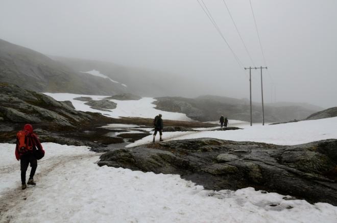 Počasí je čím dál mlžnější a chladnější. Jestli se oblačnost nezvedne, z Trolltungy neuvidíme nejspíše vůbec nic.