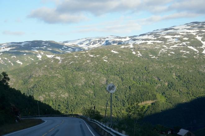Do Osla se jede převážně východním směrem (nečekaně). Nyní se blížíme k vesnici Håra, kde jsme byli již včera; věrný čtenář našich článků jistě ví, co nás tam čeká.