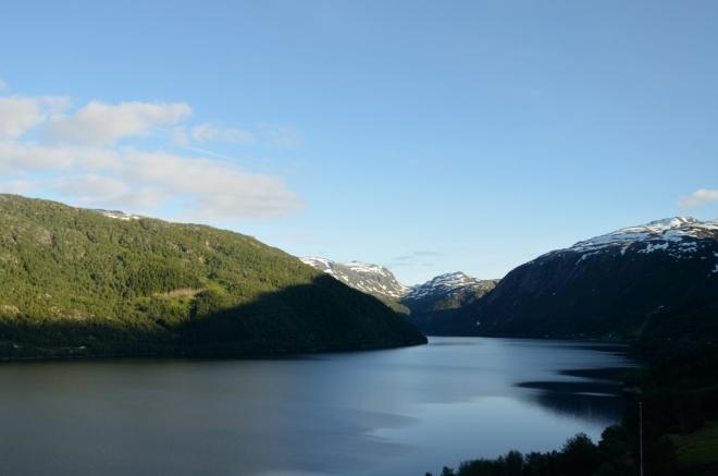 Jezero Røldalsvatnet. Jako by nám Norsko chtělo poděkovat za to, že už odjíždíme, vše je krásně prozářeno sluncem.
